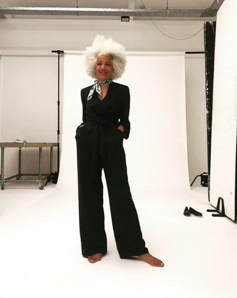 Μοντέλο με μαύρη ολόσωμη φόρμα ποζάρει σε φωτογράφηση