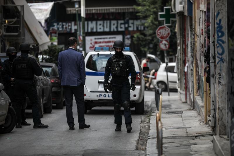 Αστυνομικές δυνάμεις έξω από το διαμέρισμα στα Εξάρχεια