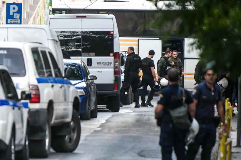 Στην επιχείρηση συμμετείχαν δεκάδες αστυνομικοί από διάφορες υπηρεσίες, ενώ την ίδια ώρα γίνεται έλεγχος και για ναρκωτικά