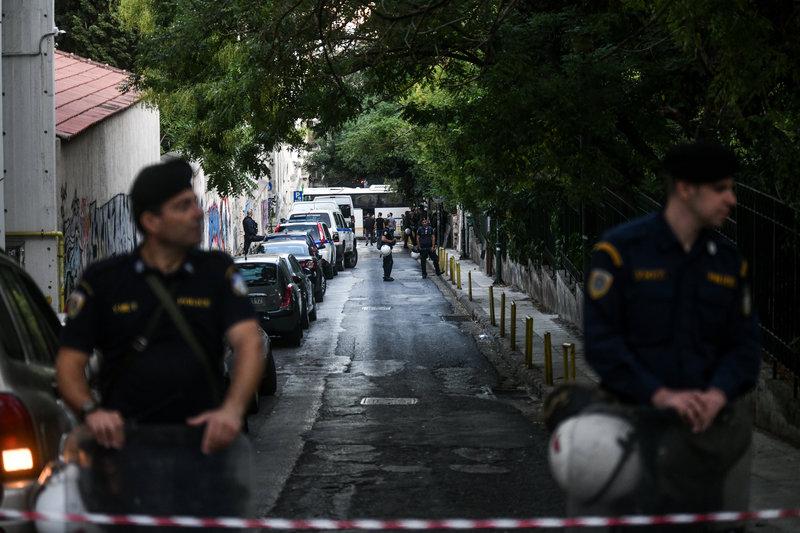 Αστυνομικοί έχουν κλείσει και τις δύο πλευρές του δρόμου κατά τη διάρκεια της επιχείρησης τερματισμού της κατάληψης