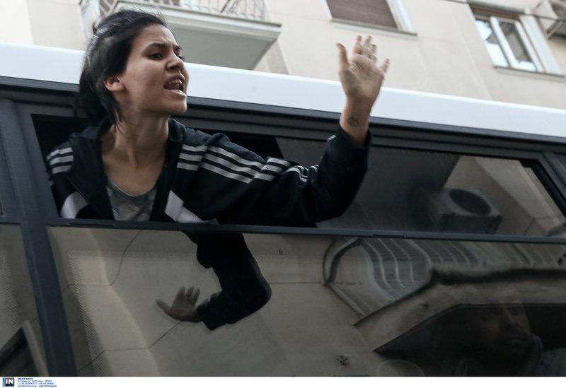 Οι αστυνομικοί προχώρησαν σε προσαγωγές και μετέφεραν από τα Εξάρχεια στη ΓΑΔΑ τα άτομα που ήταν μέσα στα υπό κατάληψη κτίρια