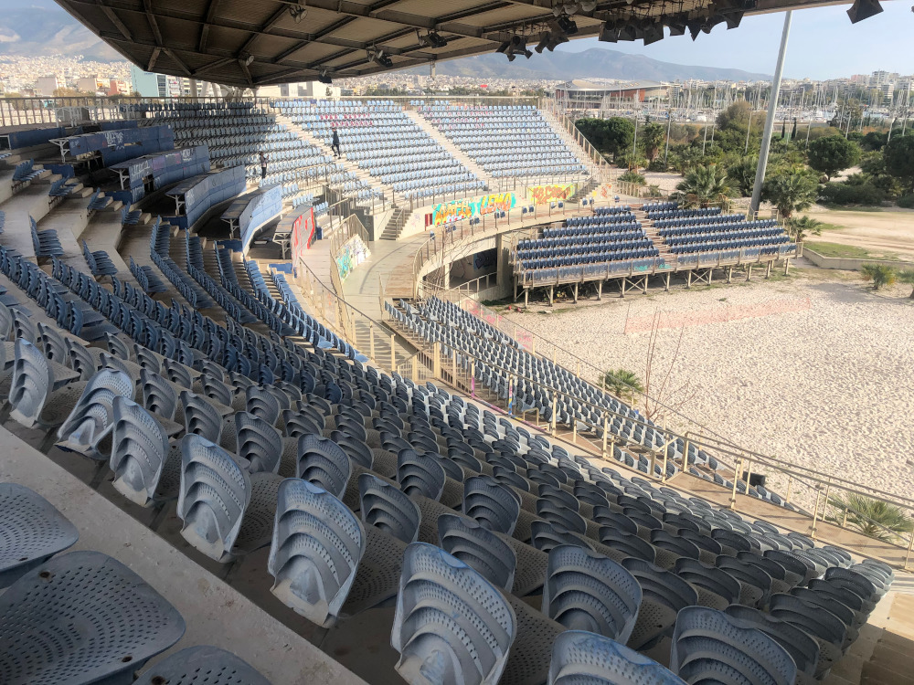 Η αριστερή πλευρά των εξεδρών στο γήπεδο στο Φάληρο