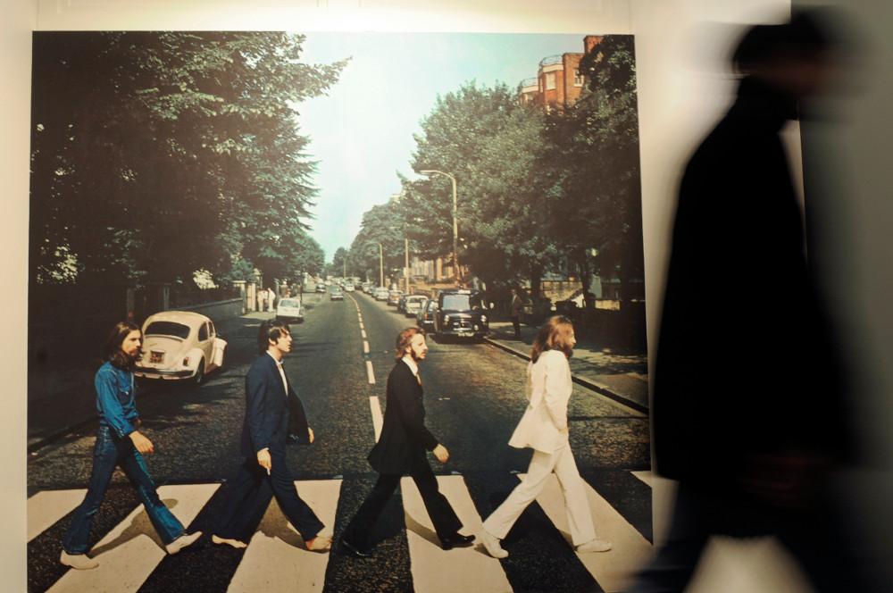 Το θρυλικό εξώφυλλο του τελευταίου άλμπουμ των Μπιτλς σε γιγαντοαφίσσα στο μουσείο προς τιμή του συγκροτήματος