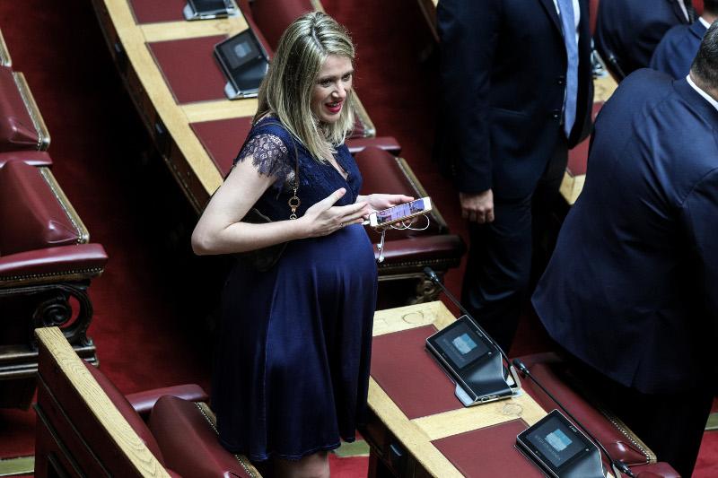 Η Αννα Ευθυμίου στην παρθενική της εμφάνιση στην Βουλή