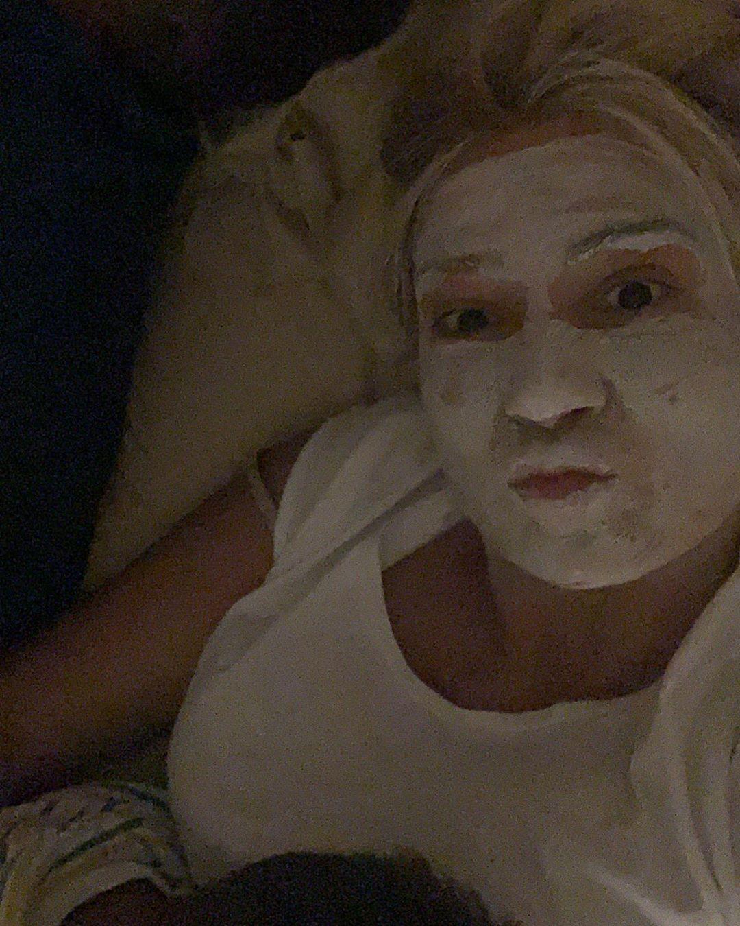 Η Φαίη Σκορδά με μάσκα ομορφιάς λίγο πριν την πρεμιέρα της