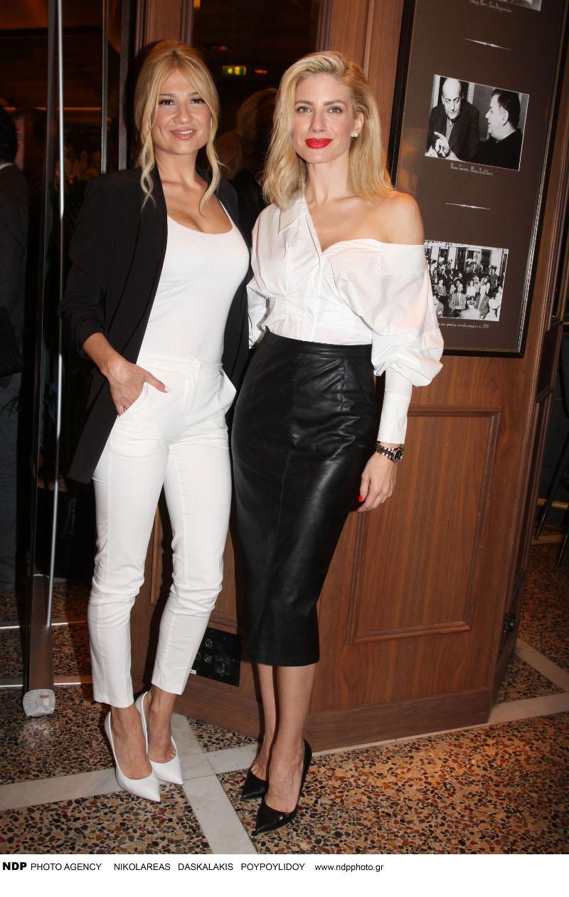 Η Φαίη Σκορδά με λευκό outfit και μαύρο σακάκι και η Ευαγγελία Αραβανή με λευκό πουκάμισο και μαύρη pencil φούστα