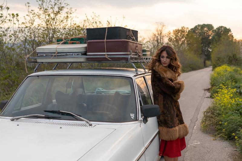 Γυναικα ακουμπάει σε αυτοκινητο