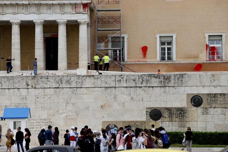 Δυσφήμιση για τη χώρα. Επισκέπτες της Αθήνας φωτογραφίζουν την εικόνα ντροπής στη Βουλή και γελούν.