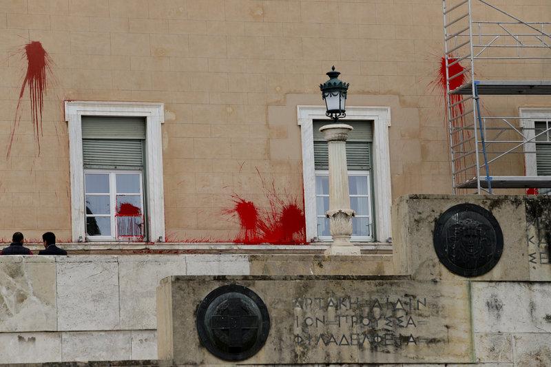 Τοίχοι, μάρμαρα και τζάμια στη Βουλή βάφτηκαν κόκκινα από την επίθεση του Ρουβίκωνα