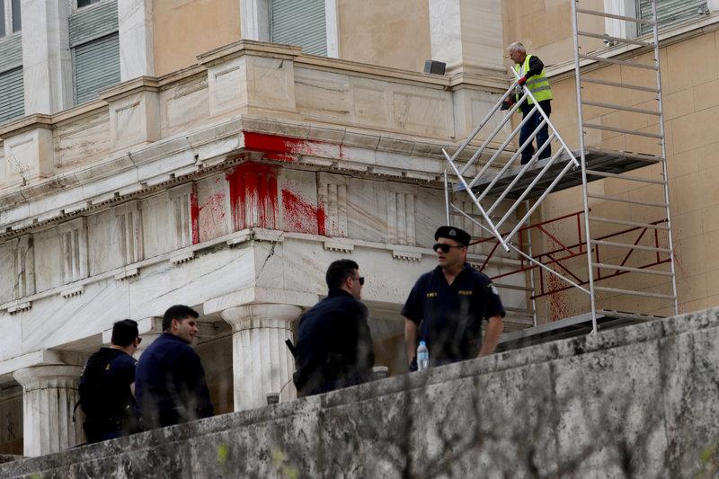 Κατόπιν εορτής (βανδαλισμού της Βουλής) τοποθετήθηκε ισχυρή αστυνομική δύναμη, η οποία επιτηρεί τα συνεργεία