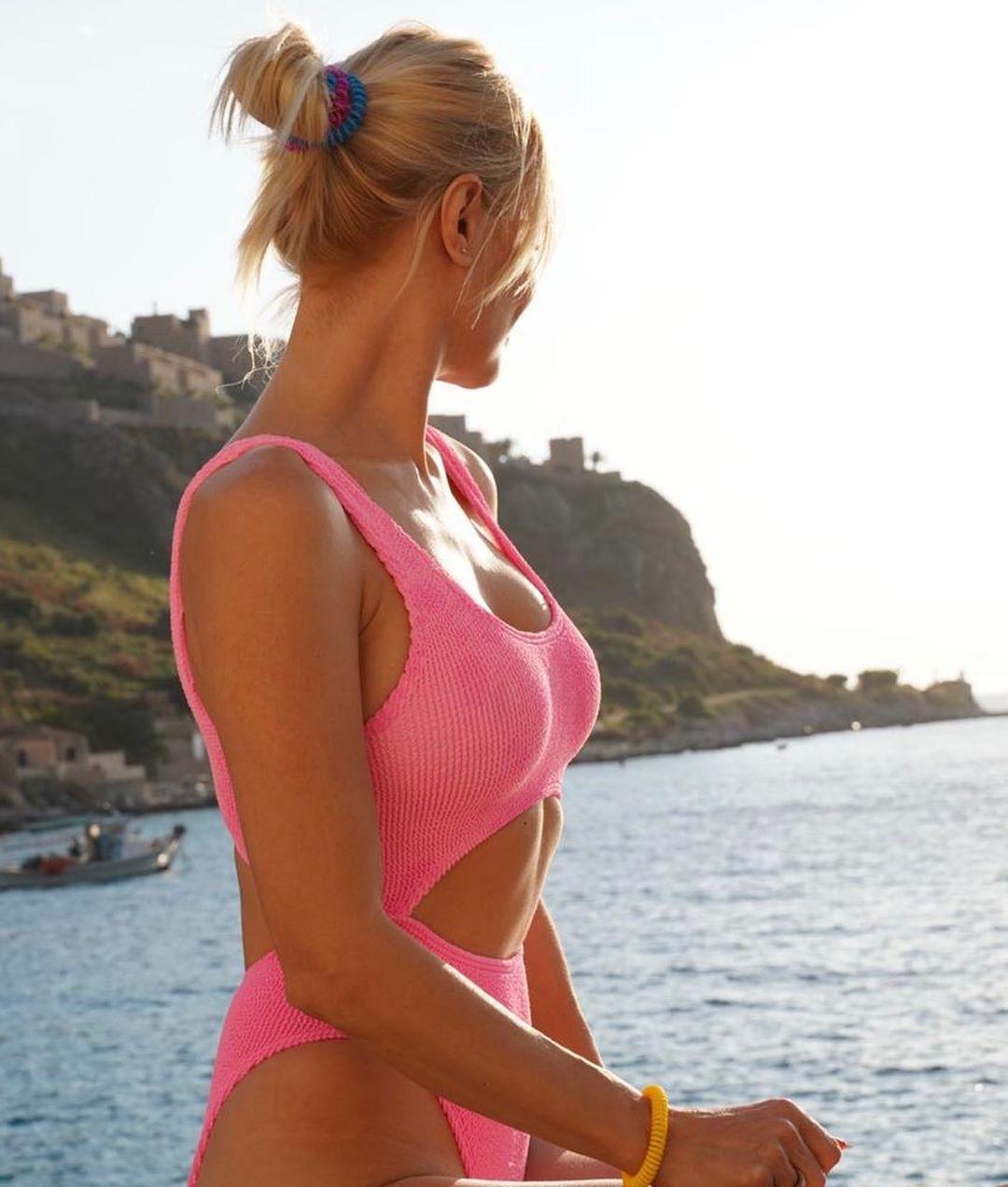 Φαίη Σκορδά με ροζ ολόσωμο μαγιό