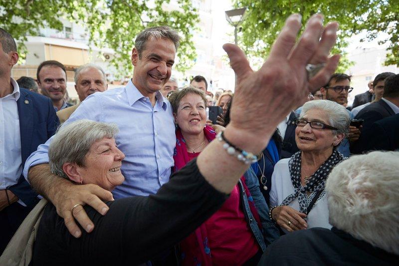 Ο πρόεδρος της ΝΔ, αγκαλιάζει δυο γυναίκες, κατοίκους της Έδεσσας