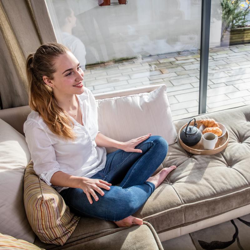 κοπέλα οκλαδόν σε καναπέ
