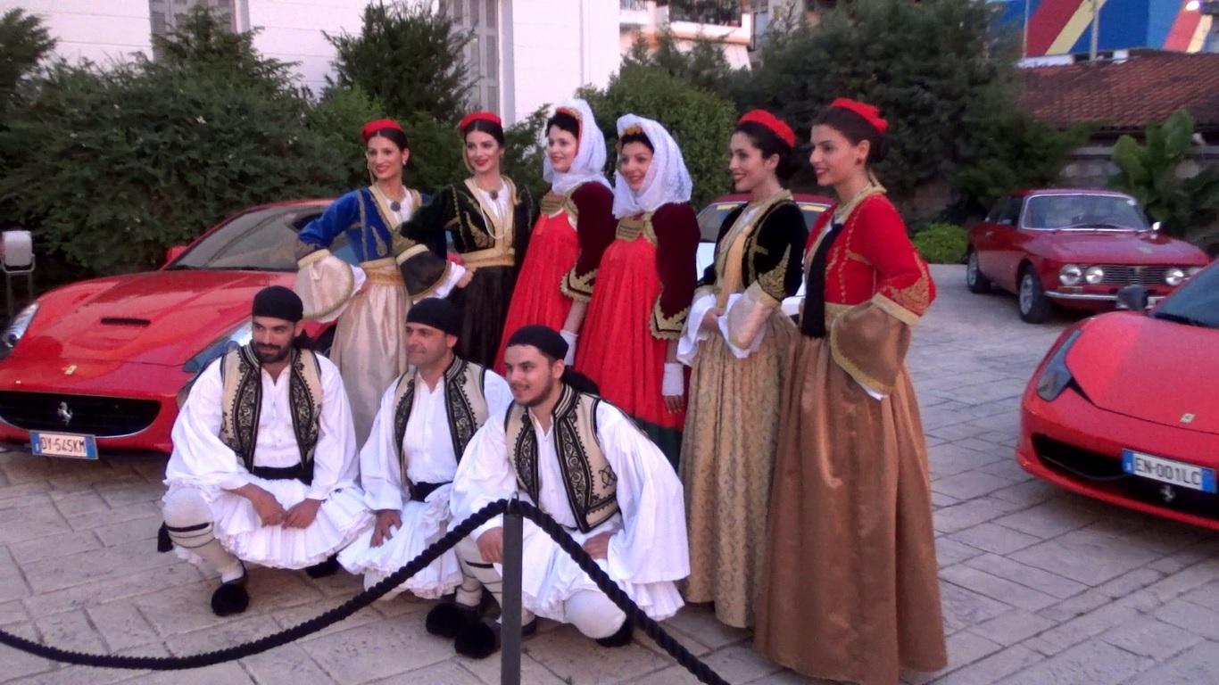 Τις Ferrari υποδέχτηκαν χορευτές Ελληνικών παραδοσιακών χορών από το λύκειο Ελληνίδων