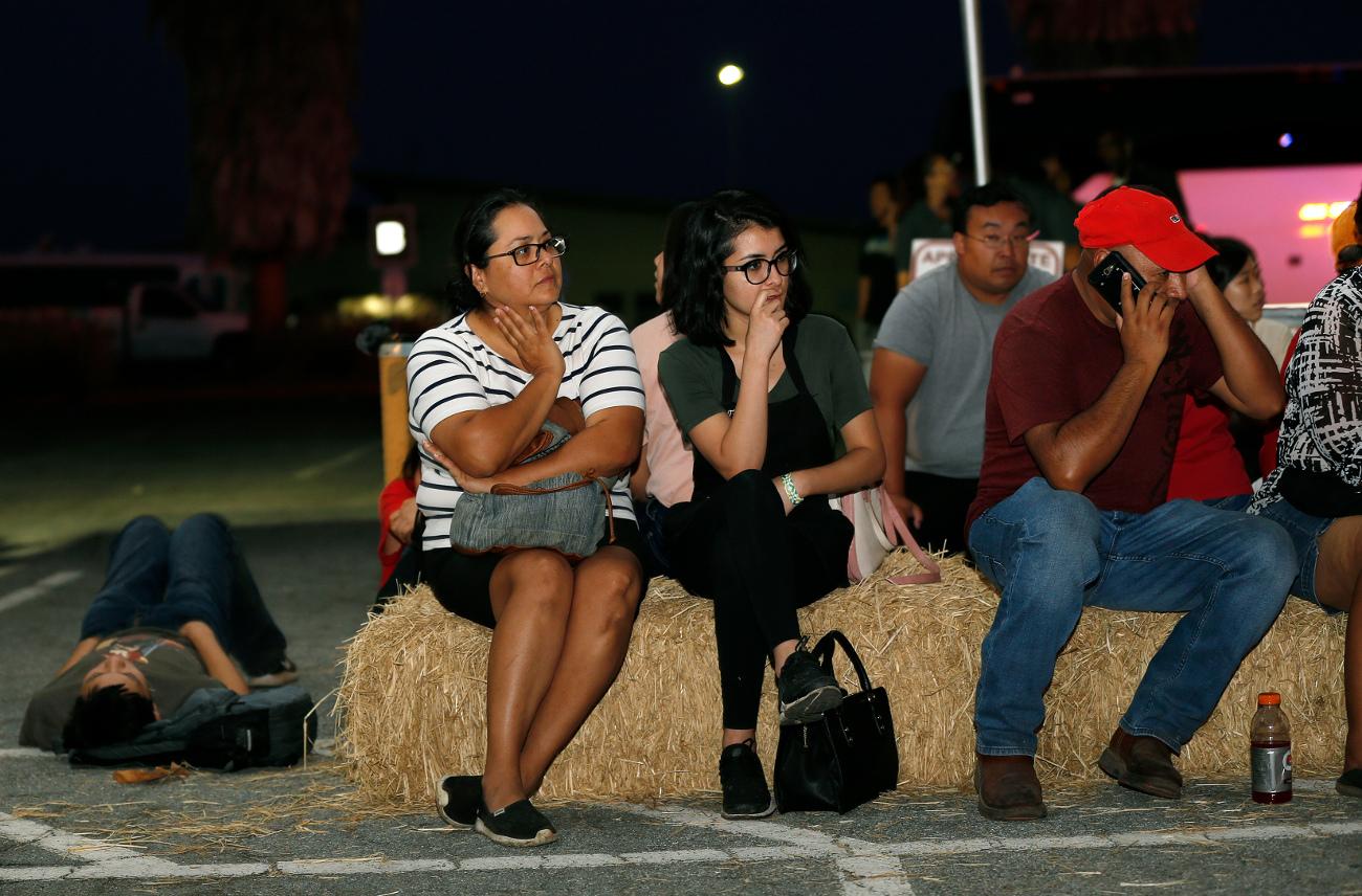 Κόσμος κάθεται σε φεστιβάλ ανήσυχος