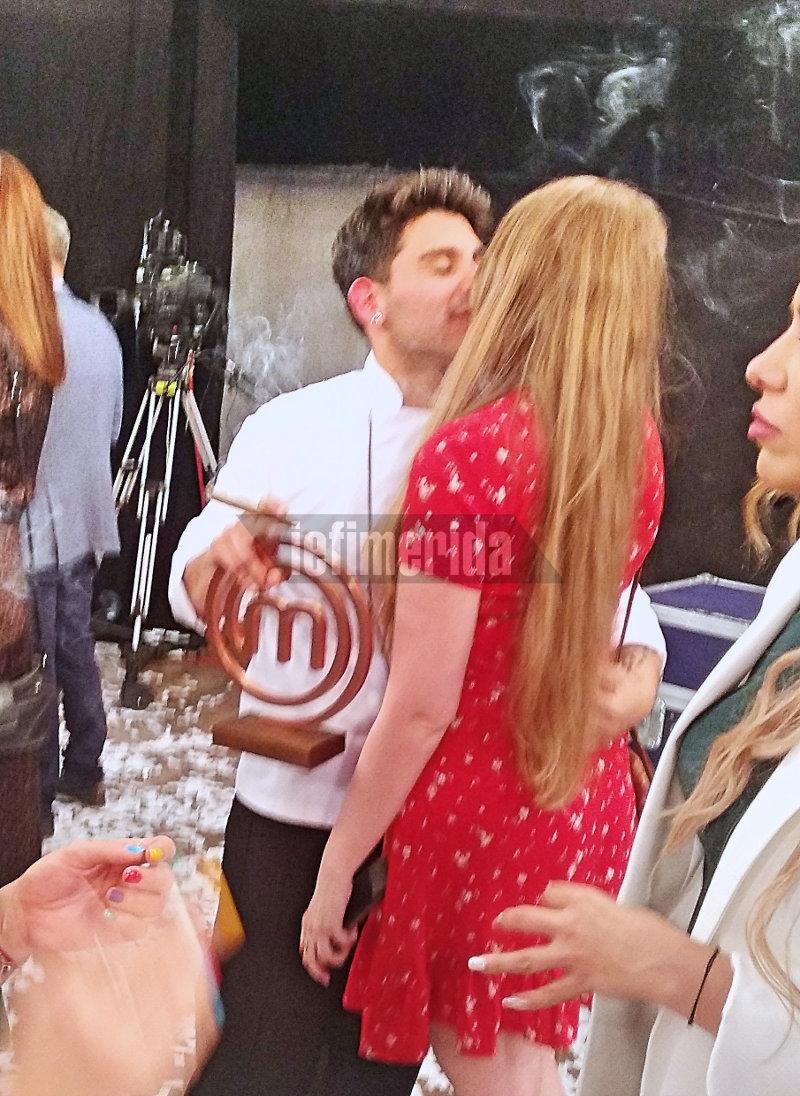 Ο Μανώλης φιλά την κοπέλα του με το τρόπαιο του MasterChef στα χέρια