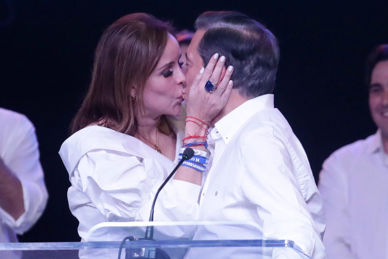 Η Γιασμίν, σύζυγος του νέου προέδρου του Παναμά Νίτο Κορτίζο του δίνει ένα φιλί στο στόμα μετά την ανακοίνωση των αποτελεσμάτων