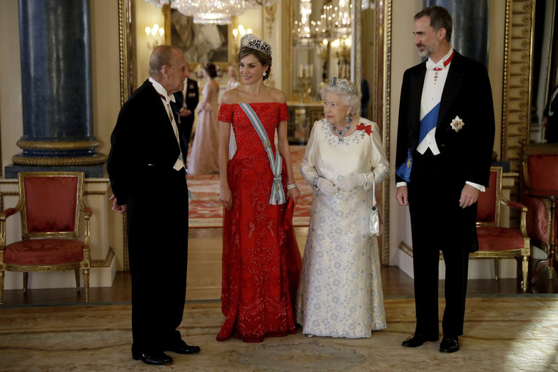 Η βασίλισσα Ελισάβετ και ο πρίγκιπας Φίλιππος, υποδέχονται τον βασιλιά της Ισπανίας Φελίπε και τη σύζυγό του, Λετίθια σε επίσημο δείπνο