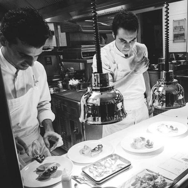 Ο Φίλιππος Χρονόπουλος μαγειρεύει μαζί με έναν συναδελφό του στην κουζίνα
