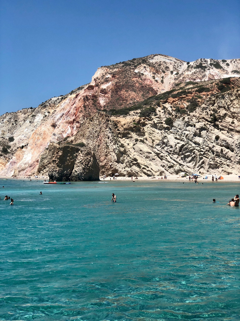 Διακρίνεται για τα ρηχά γαλάζια νερά και αμμουδιά που περιβάλλεται από ψηλά βράχια σε διάφορα χρώματα.