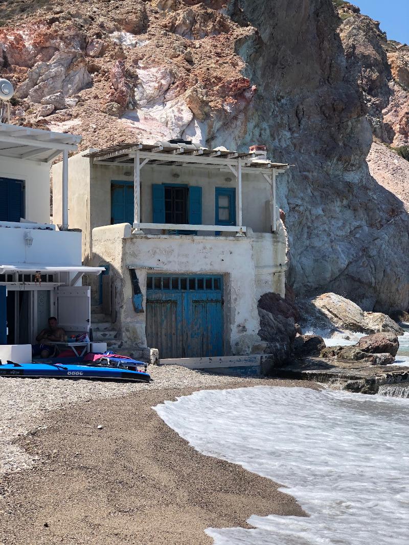 Εχει μικρά σπίτια ψαράδων και ένα υπέροχο μπλε, σαν απο καρτ ποστάλ.