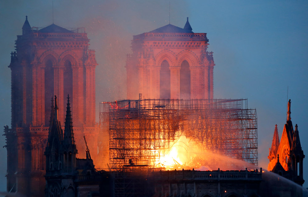 Η φλεγόμενη οροφή της Παναγίας των Παρισίων