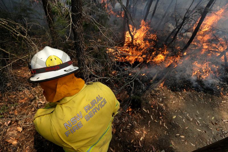 Πυροσβέστης σβήνει φωτιά Αυστραλία