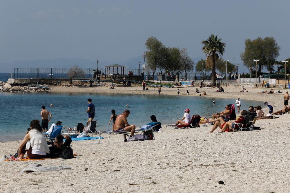 "Картинки по запросу ""Αρκετός κόσμος στην παραλία στον Αλιμο"""