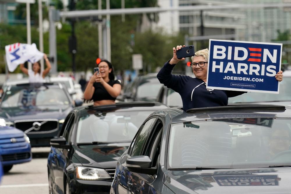Γυναίκες πανηγυρίζουν από τα αυτοκίνητά τους