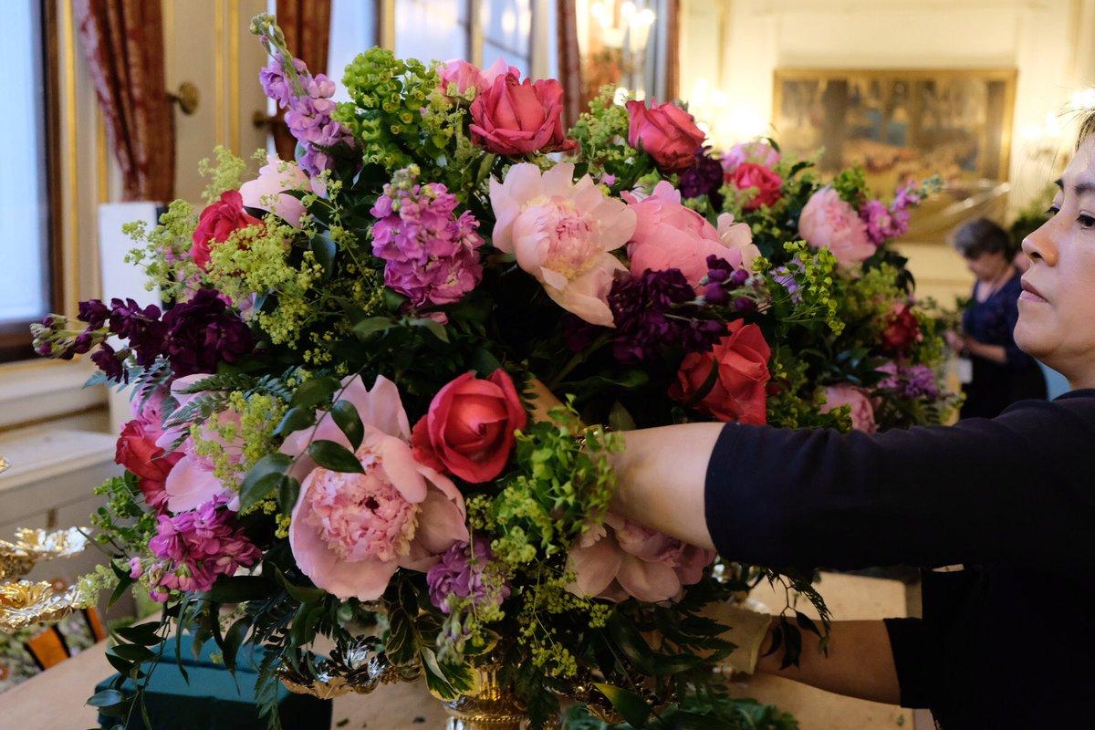 Η διακόσμηση περιελάμβανε μπουκέτα με ροζ παιώνιες και τριαντάφυλλα