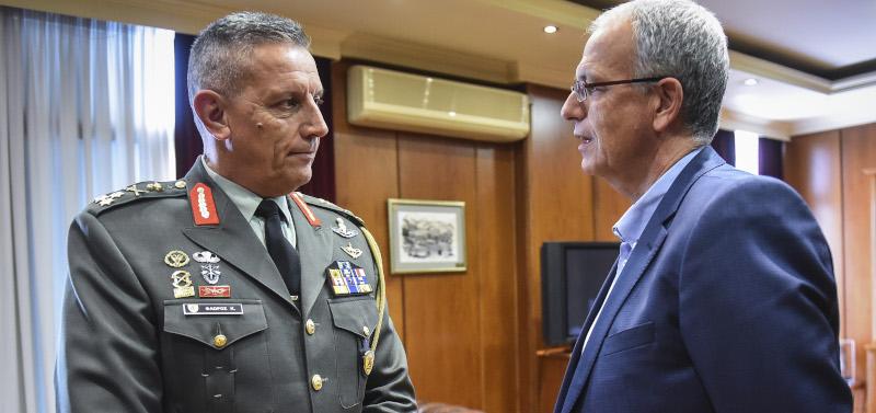 Ο αντιστράτηγος Κωνσταντίνος Φλώρος (τότε υπαρχηγός ΓΕΕΘΑ) με τον πρώην αναπληρωτή υπουργό Αμυνας Παναγιώτη Ρήγα