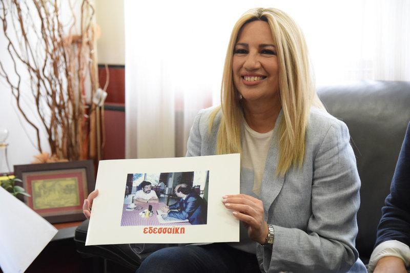 Η Φώφη Γεννηματά κρατά μια φωτογραφία από παλαιά επίσκεψη του Γιώργου Γεννηματά στην Εδεσσα