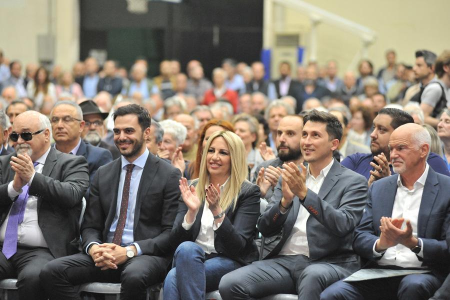 Από αριστερά: Ι. Βαρδακαστάνης, ο γραμματέας του ΚΙΝΑΛ Μ. Χριστοδουλάκης, η Φώφη Γεννηματά, ο υποψήφιος ευρωβουλευτής Παύλος Χρηστίδης και ο Γιώργος Παπανδρέου