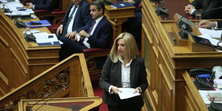 Η Φώφη Γεννηματά ανεβαίνει στο βήμα της Βουλής. Στο φόντο ο πρωθυπουργός Κ. Μητσοτάκης