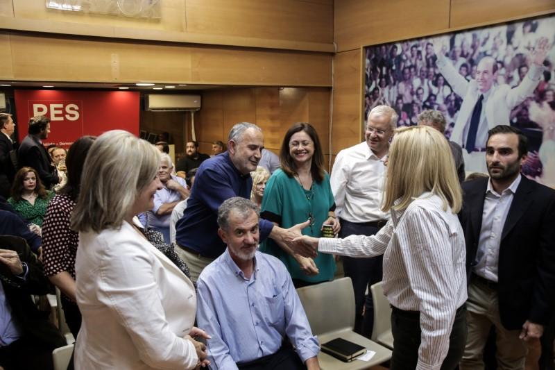 Η Φώφη Γεννηματά χαιρετά τα μέλη του Ενιαίου Πολιτικού Κέντρου ΠΑΣΟΚ στη Χ. Τρικούπη