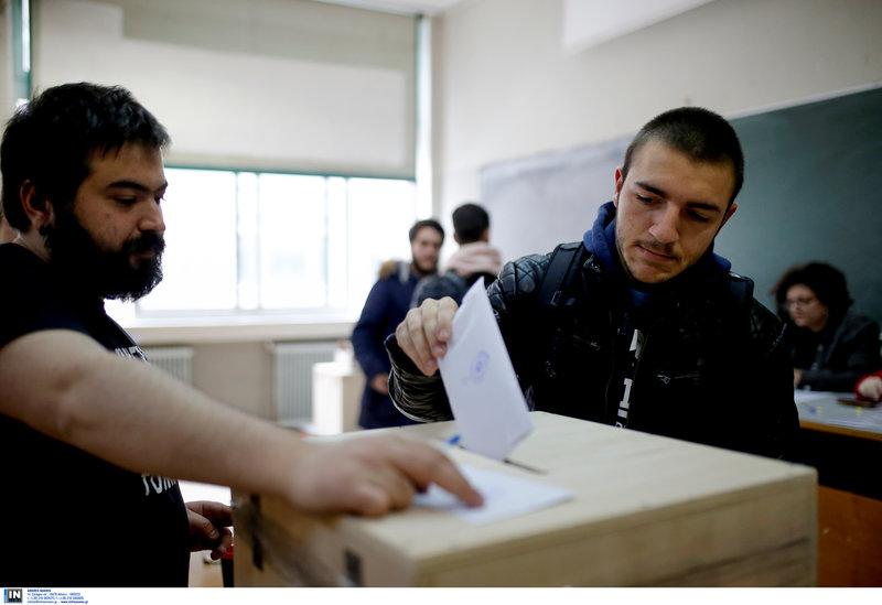 Φοιτητής βάζει τη ψήφο του στην κάλπη που έχει στηθεί για τις φοιτητικές εκλογές στο ΑΠΘ