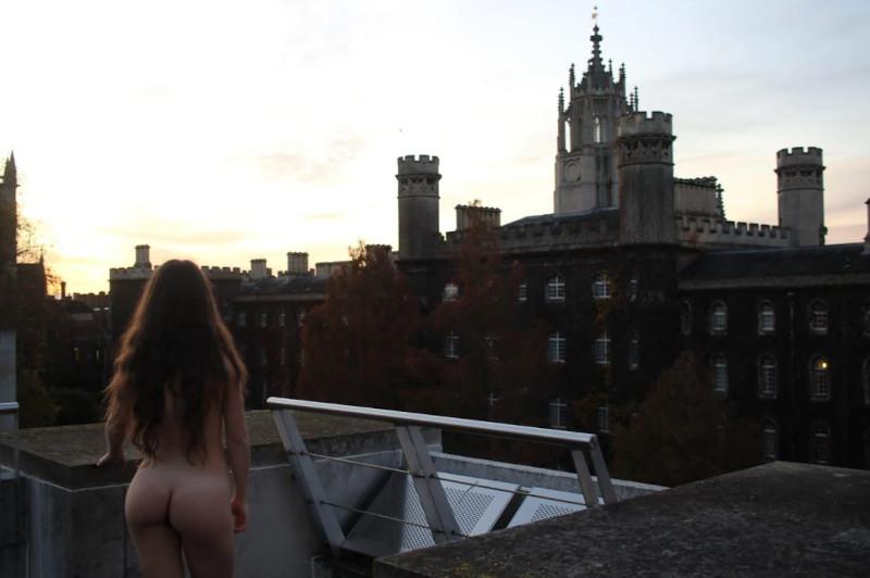 Η φοιτήτρια Τερέζα ποζάρει γυμνή πάνω σε μία ταράτσα