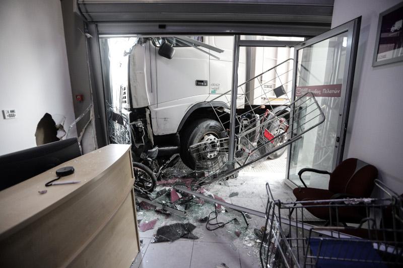Μεγάλες ζημιές στο κατάστημα από την εισβολή του φορτηγού