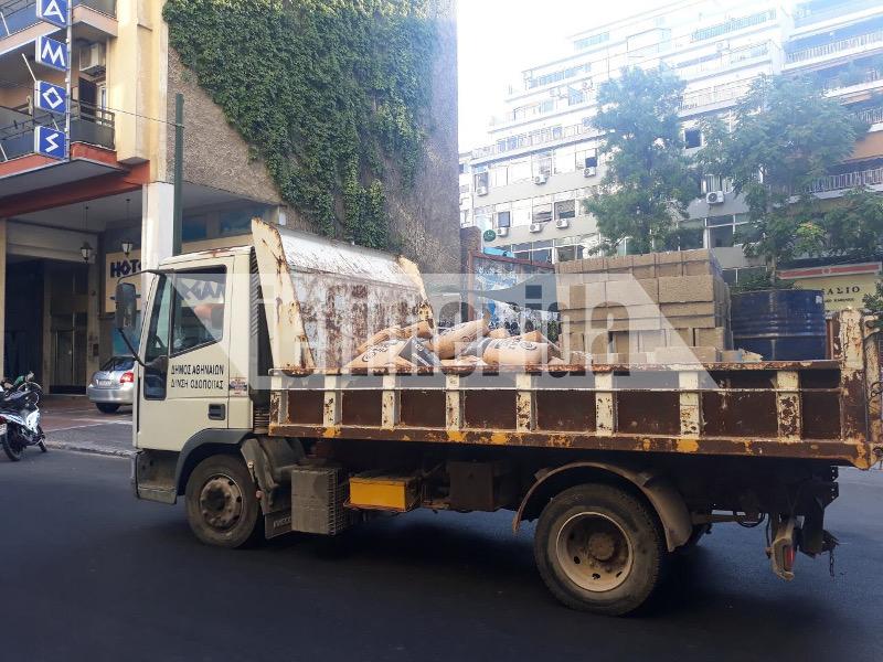 Φορτηγά του δήμου Αθηναίων μετέφεραν οικοδομικά υλικά στα κτίρια που «απελευθέρωσε» νωρίτερα η ΕΛ.ΑΣ.