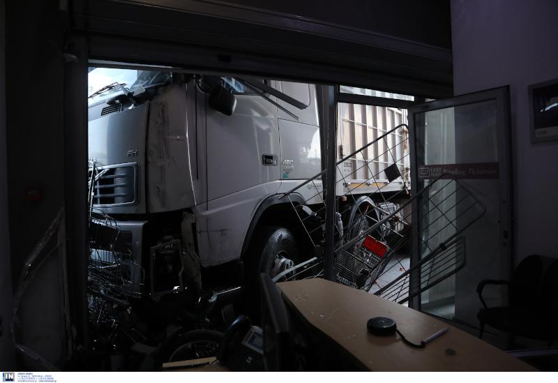 Το φορτηγό που εισέβαλε στο κατάστημα