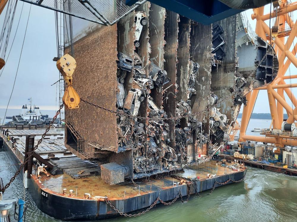 Απίστευτες εικόνες: Φορτηγό πλοίο που ναυάγησε ενώ μετέφερε 4.200 αυτοκίνητα, κόβεται σε κομμάτια