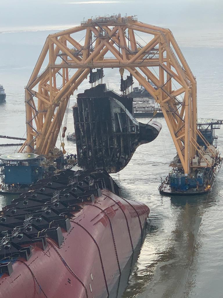 Η αποκόλληση του πρώτου κομματιού του φορτηγού πλοίου Golden Ray