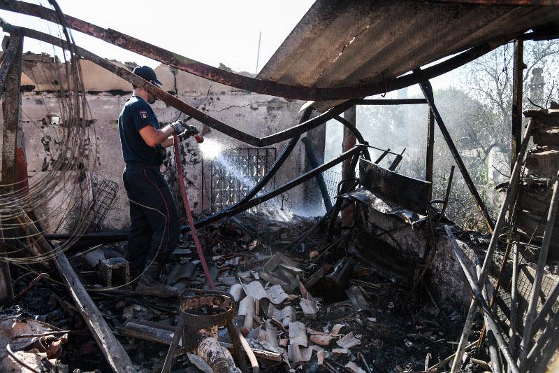 Πυροσβέστης σβήνει τις τελευταίες εστίες