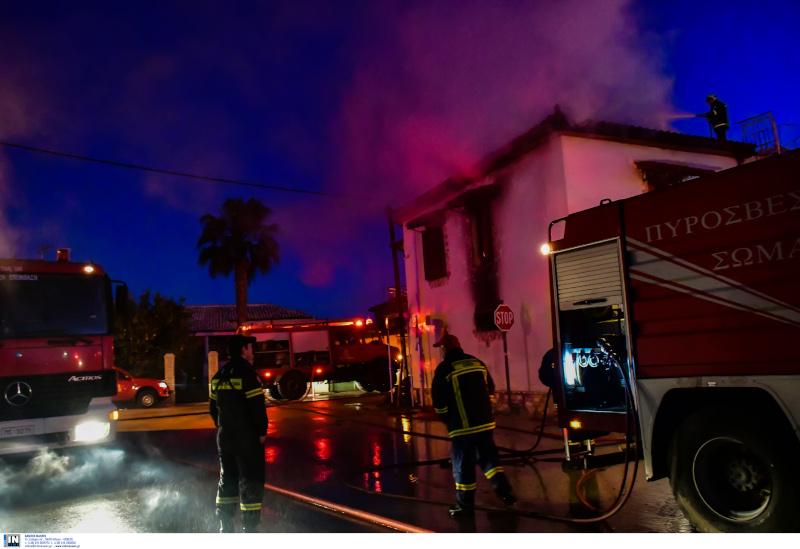 υροσβεστικές δυνάμεις έξω από το φλεγόμενο σπίτι στην Αργολίδα