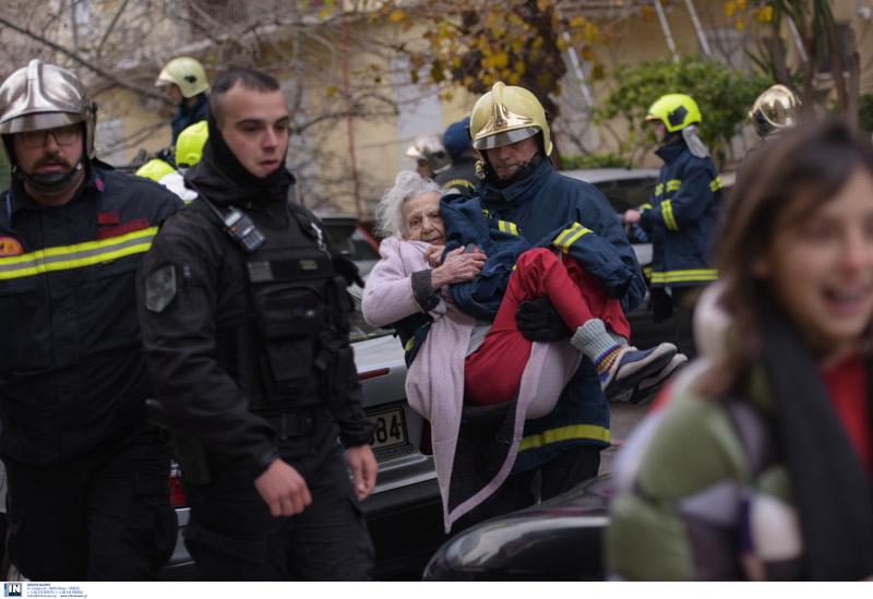 Η στιγμή που οι πυροσβέστες απομακρύνουν την ηλικιωμένη γυναίκα