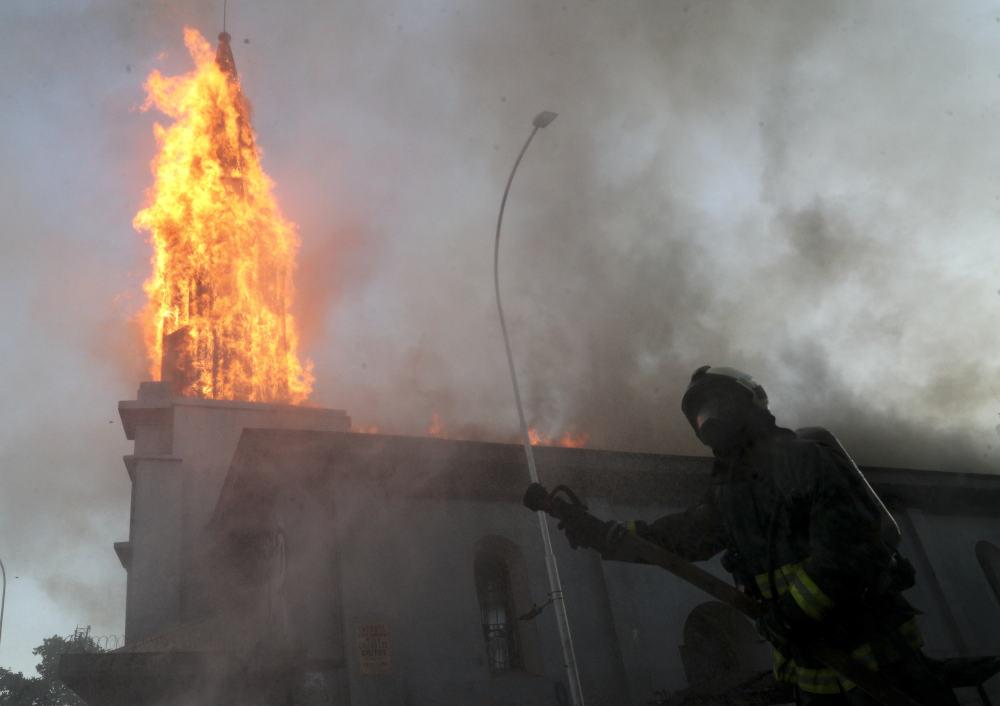 Διαδηλωτές στη Χιλή έβαλαν φωτιά σε εκκλησία. Πυροσβέστες επιχειρούν κατάσβεση