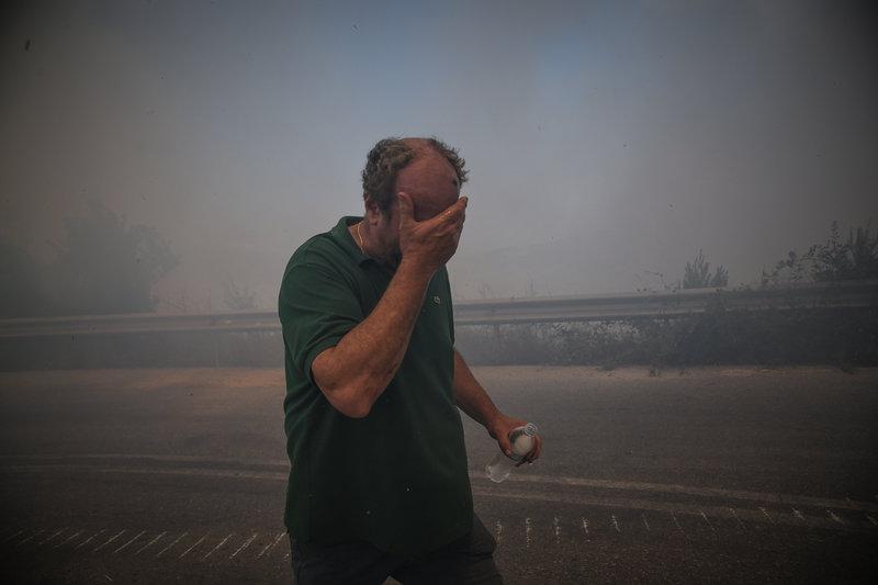 Ολόκληρη η περιοχή είναι γεμάτη από καπνούς και έχει δημιουργηθεί μια ασφυκτική κατάσταση ιδιαίτερα για τους κατοίκους που έχουν σοβαρά προβλήματα.