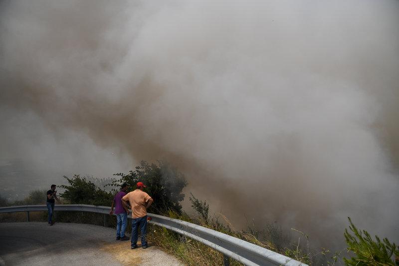 Κάτοικοι παρακολουθούν με αγωνία την εξέλιξη της πυρκαγιάς