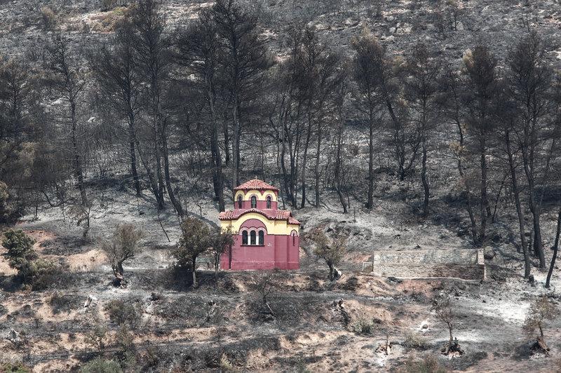 Η φωτιά δεν άγγιξε το εκκλησάκι μέσα στο δάσος
