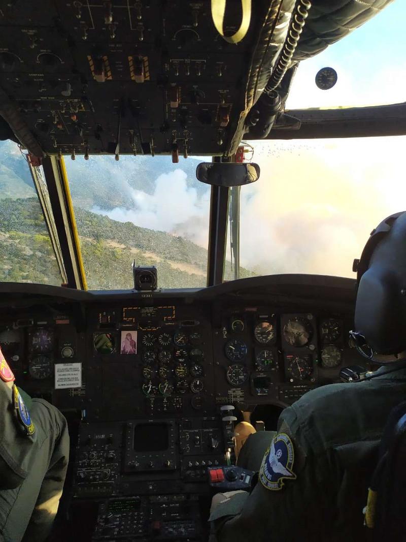 Η φωτιά στην Εύβοια μέσα από το κόκπιτ ενός ελικοπτέρου του Στρατού